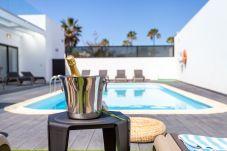 Villa à Corralejo - Holiday Villa de Lujo AZUL   Piscina climatizada   Wifi   Vista Mar   Playa